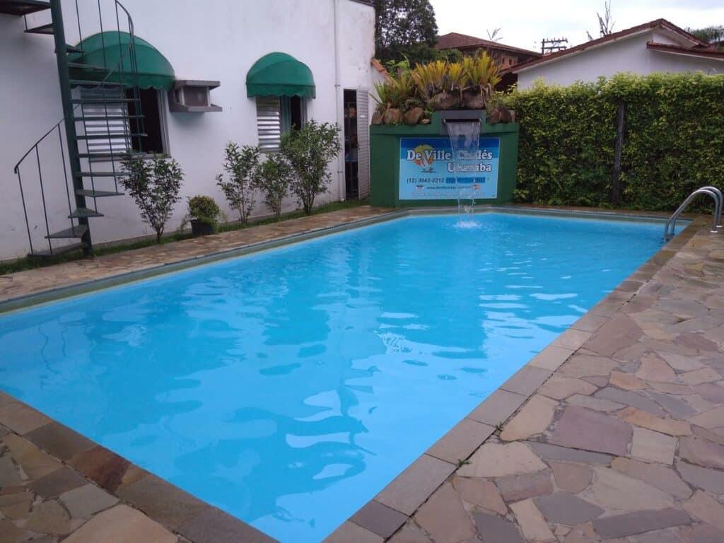 A piscina no De Ville Chalés