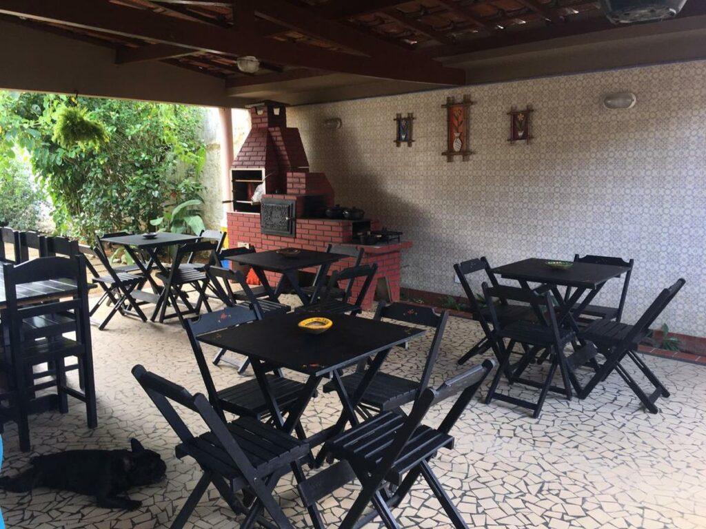 Área comum com churrasqueira no Hostel Familiar Artesanal
