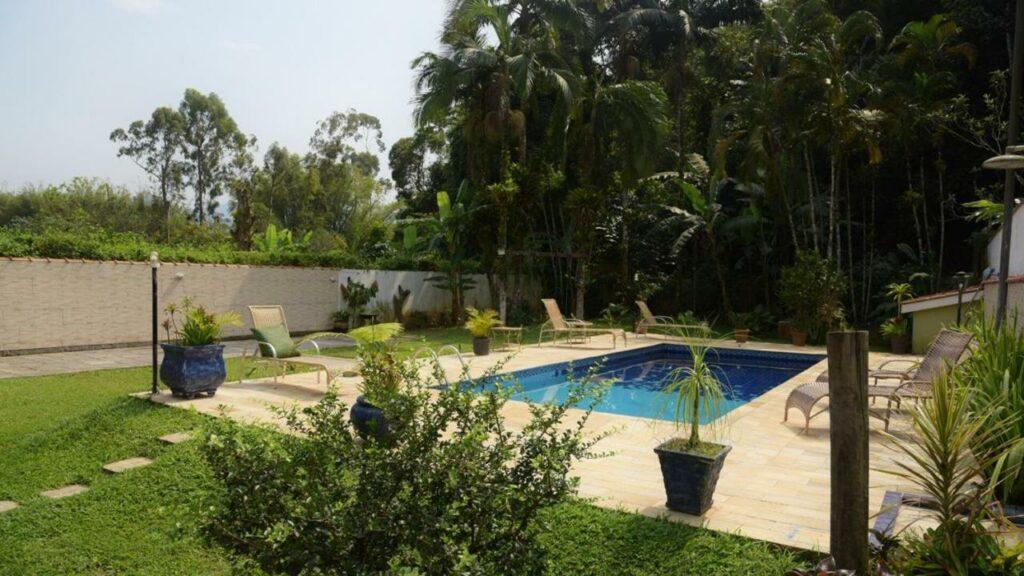 Piscina e jardim no Hostel Trópico de Capricórnio