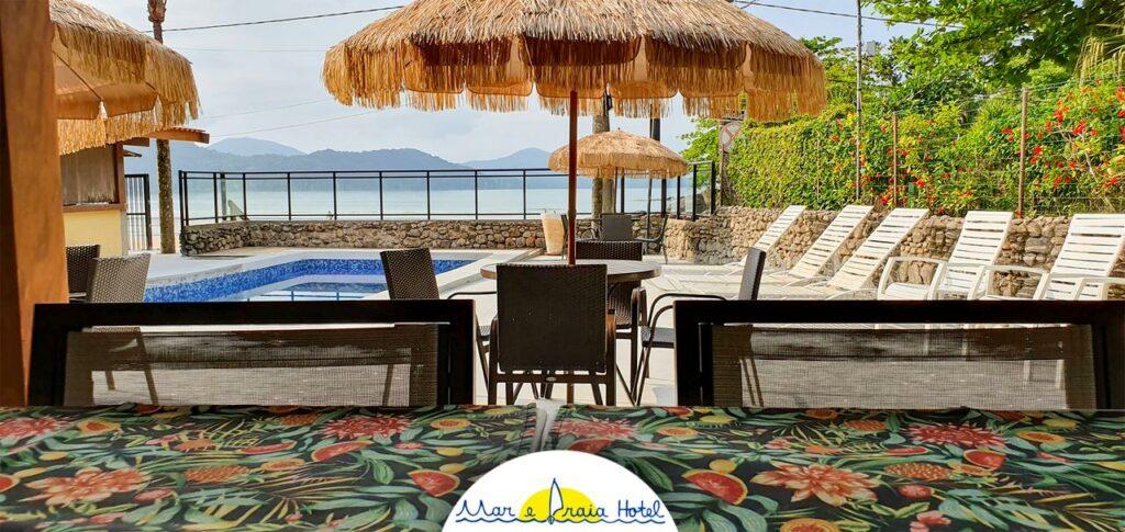 Piscina com vista para o mar no Mar e Praia Hotel