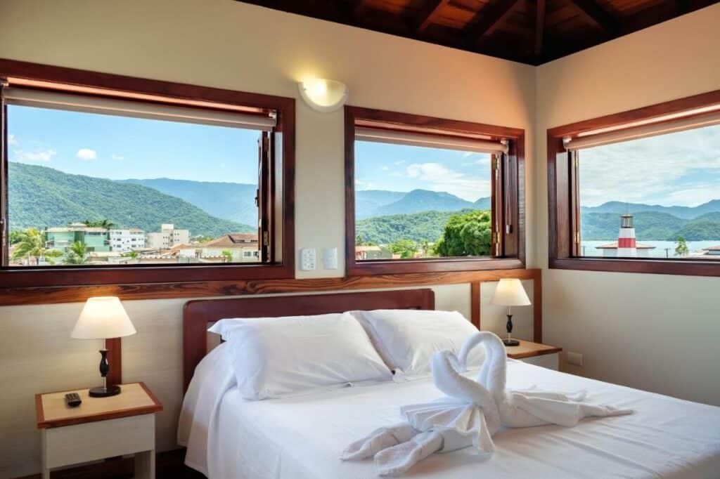 Quarto com cama de casal na Pousada Don Diego, em Itaguá