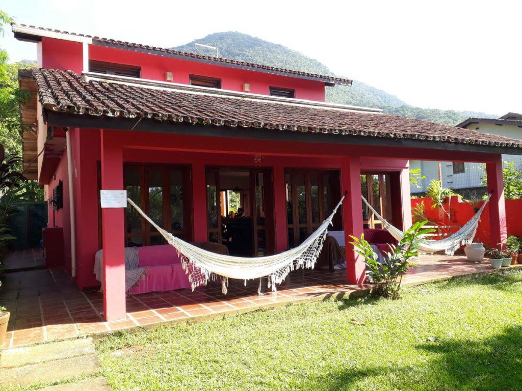 Frente da casa com redes na Ubatuba Surf Hostel, uma das alternativas às pousadas na Praia do Sapê