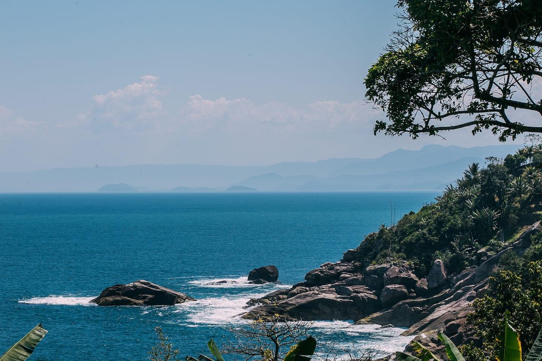 Mar em Ilhabela, ilha do litoral paulista, foto de um dos Airbnb em Ilhabela recomendados neste post