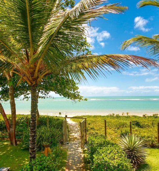 Vista da praia do acesso direto à orla em um dos Airbnb Porto Seguro