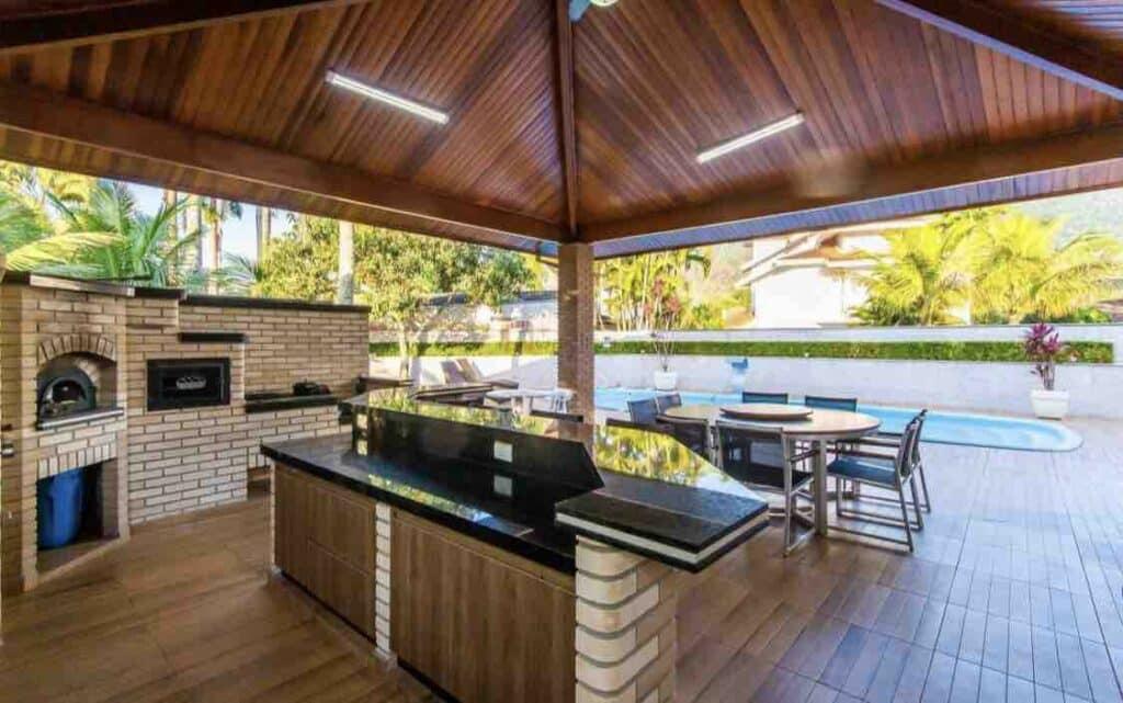 Área gourmet com churrasqueira e forno à lenha no Airbnb Casa Condomínio Costa Verde, na Praia de Tabatinga