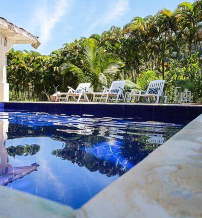 Um dos Airbnb Caraguatatuba, com piscina de casa sofisticada no Costa Verde
