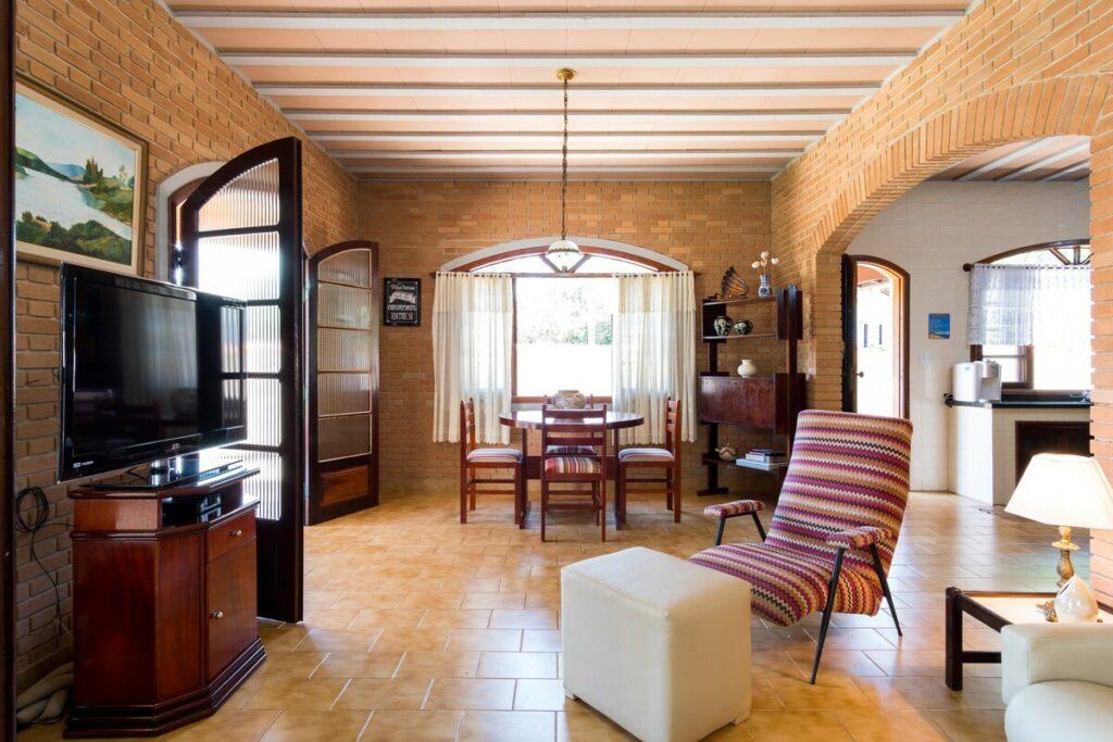 Sala espaçosa e mobiliada no Airbnb Casa da Praia Super Ampla e Fresca, na Praia de Tabatinga