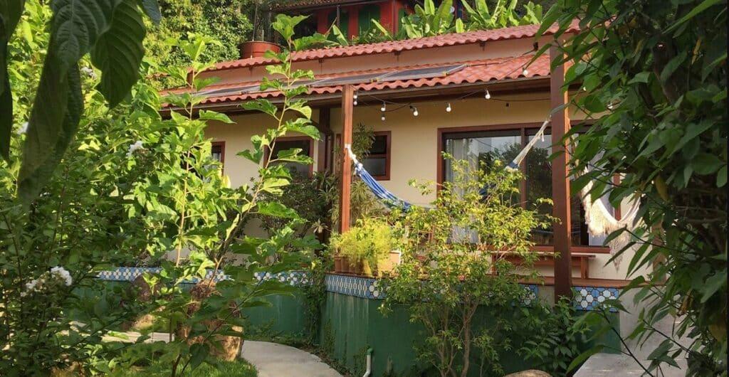Charmosa Casa do Jardim na Vila do Abraão em Ilha Grande