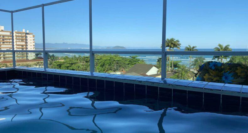 Piscina com vista para o mar em um dos Airbnb Bertioga