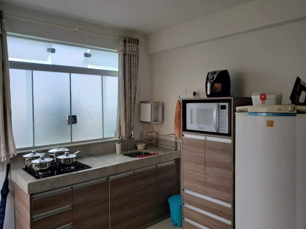 cozinha do airbnb apartamento com ar-condicionado e garagem em capitólio