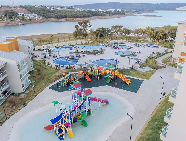Um complexo aquático em um dos condomínios onde há disponível Airbnb em Caldas Novas