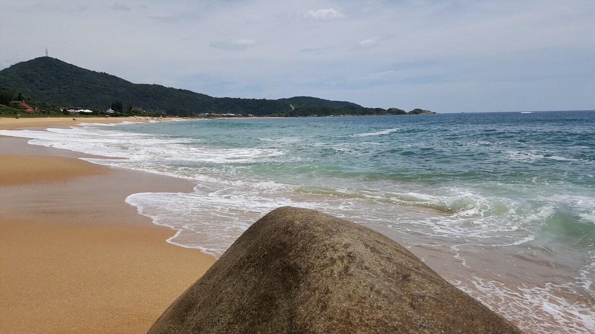 Mar da Praia do Estaleiro, foto de um dos Airbnb Balneário Camboriú