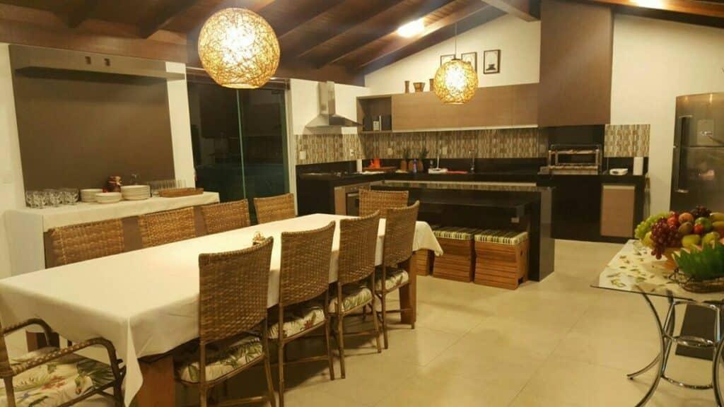 cozinha e sala de jantar do airbnb de alto padrão em Capitólio