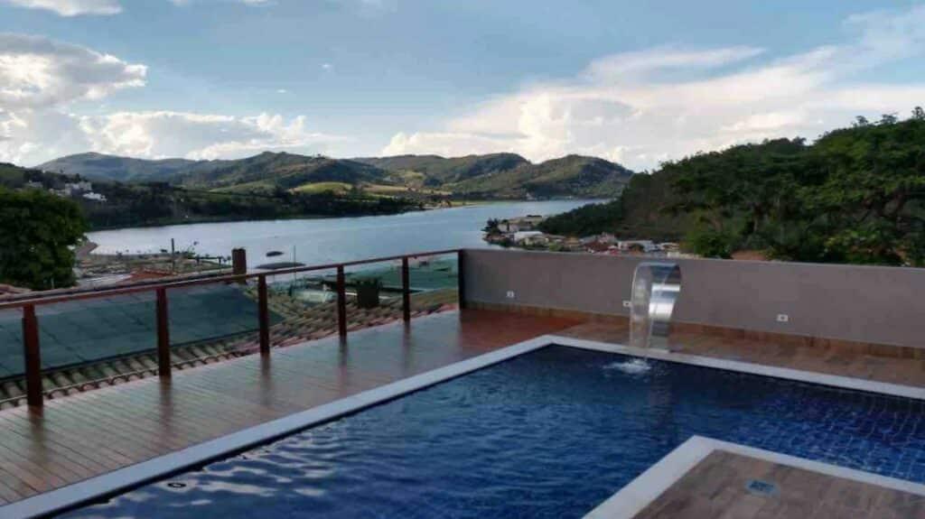 piscina e vista da casa de alto padrão