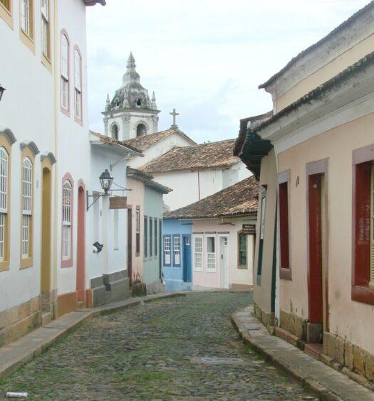Foto de rua de paralelepípedos com casinhas coloniais em São João del Rei