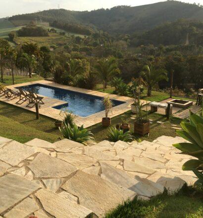 Vista da piscina na Microcasa, um dos Airbnb em Serra Negra