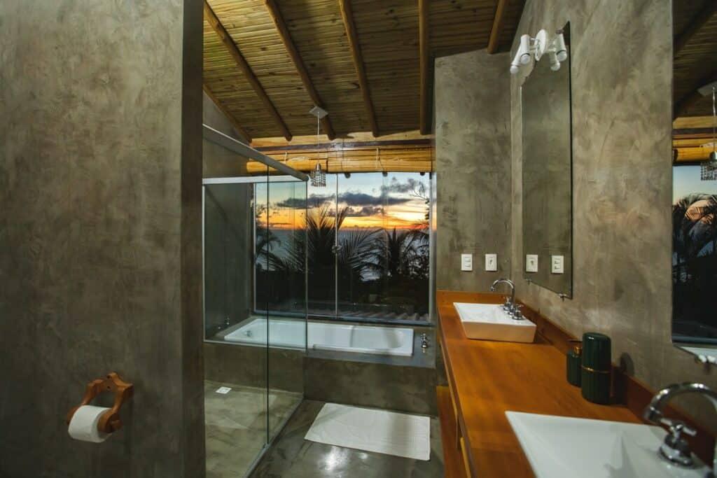 banheiro da Suíte com Vista para o Mar em Mucuje em arraial d'Ajuda