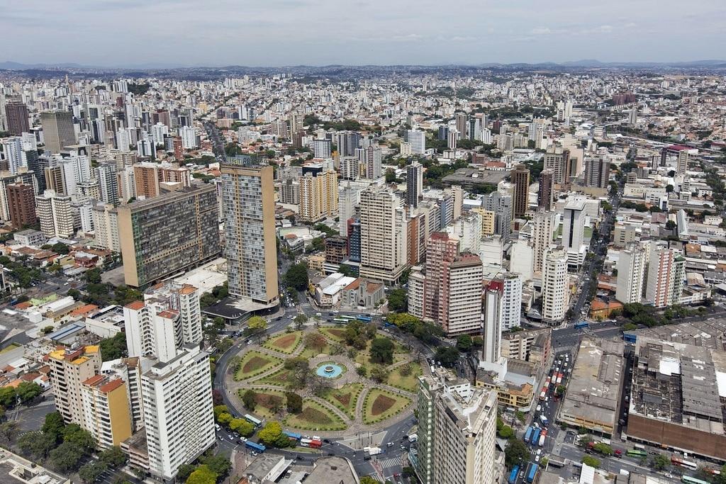 Vista de Belo Horizonte, cheia de prédios e parques / Post Airbnb em Belo Horizonte