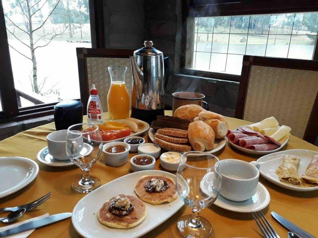 café da manhã no Chalé Aconchegante