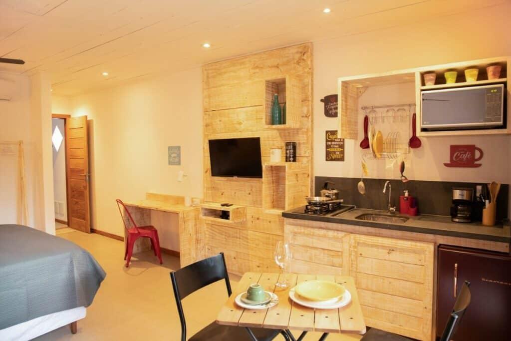cozinha do Estúdio Otello airbnb em Itacaré
