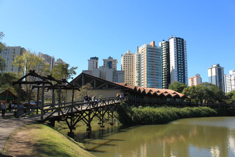 Vista da cidade de Curitiba, ótimo destino e com bons Airbnb para escolher