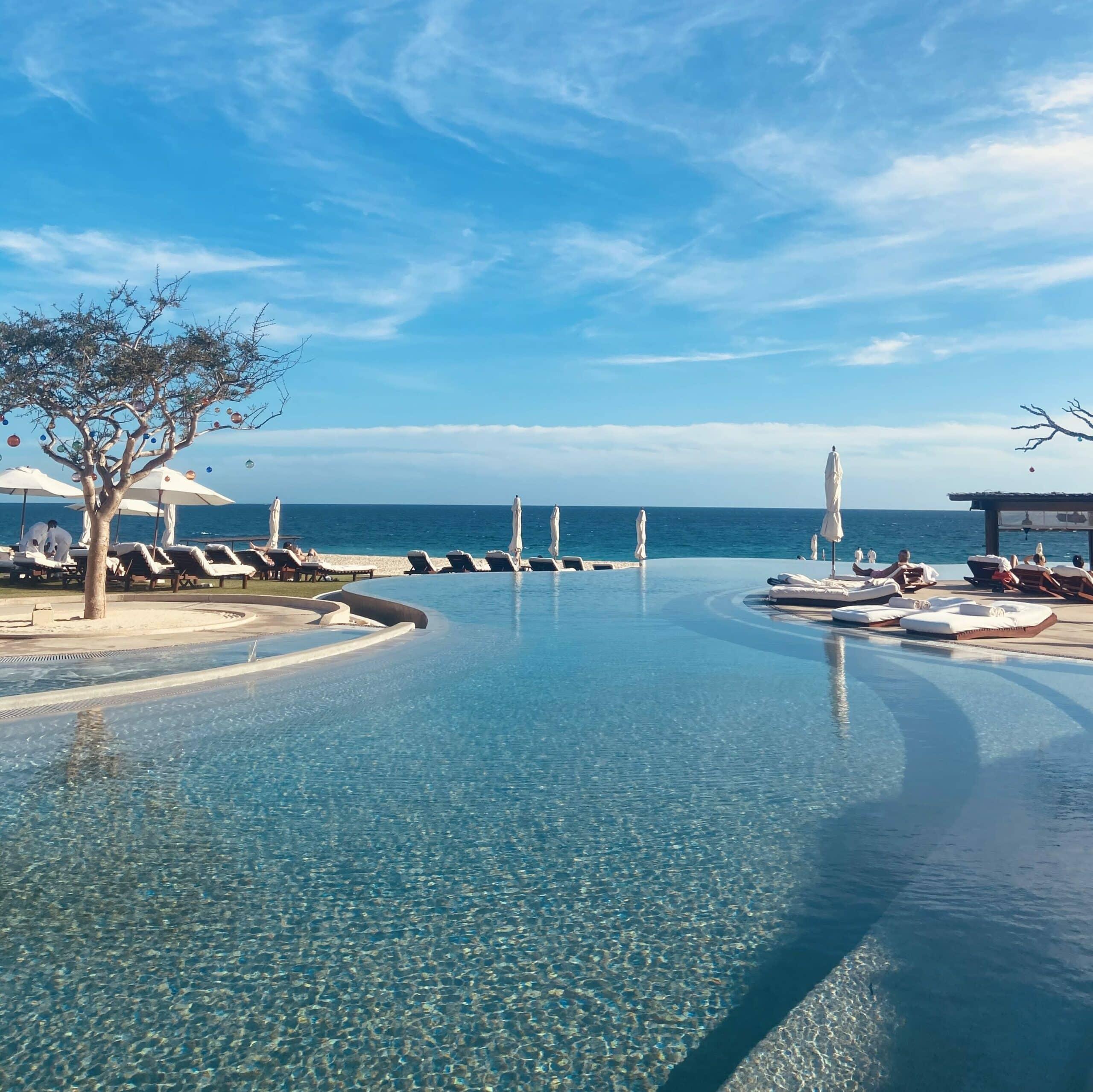 A piscina de borda infinita e vista para o mar de Los Roques