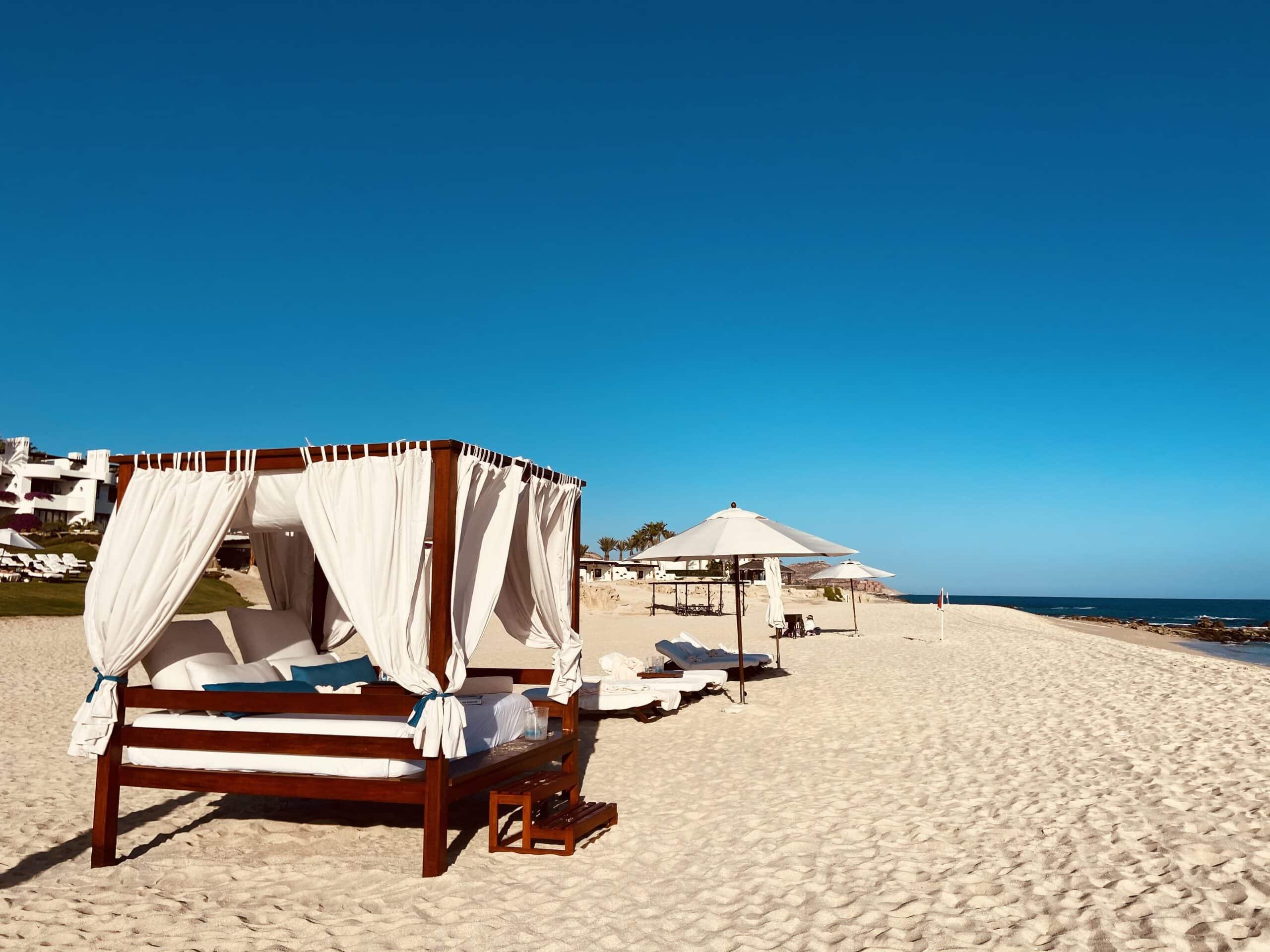 Cabanas na areia da praia