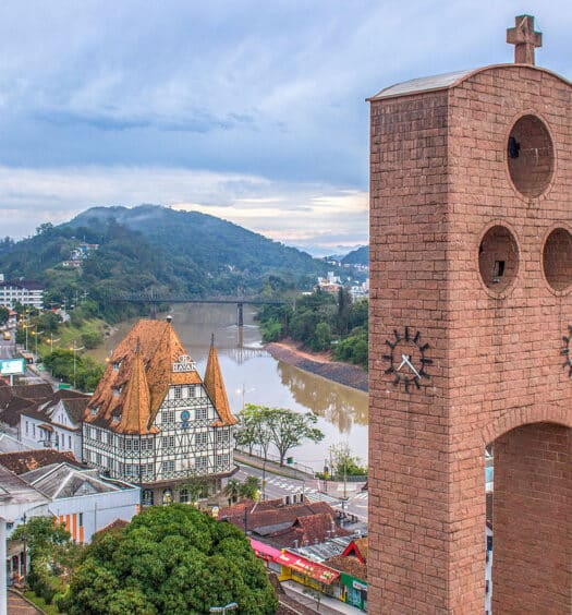 Vista panorâmica da cidade ilustrando capa do post pousadas em Blumenau