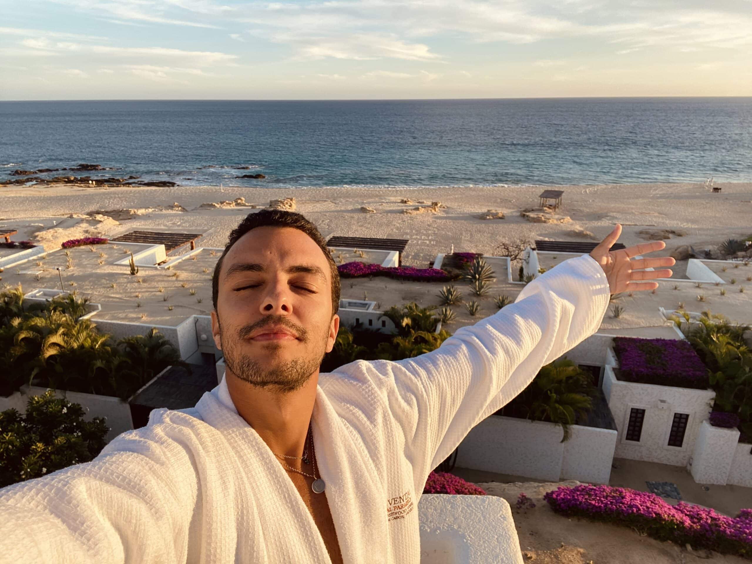 Luis na varanda do Las Ventanas Al Paraíso, bem de frente para o mar