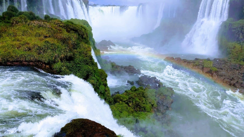 """Capa do post """"onde ficar em Foz do Iguaçu"""" com as Cataratas"""