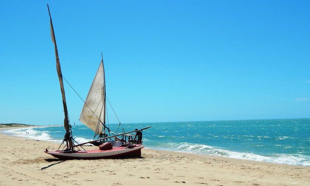 Praia em São Miguel do Gostoso, onde há diversas pousadas beira-mar