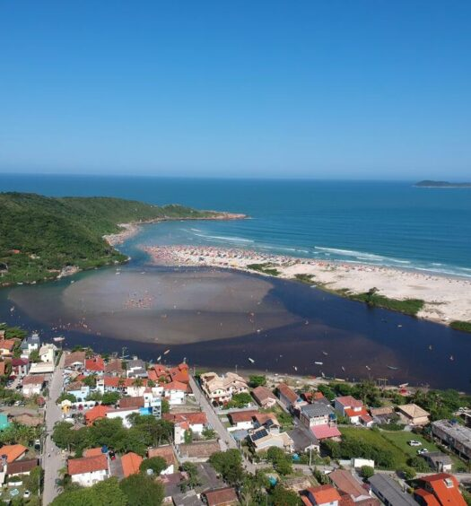 Vista de Guarda do Embaú, em foto de uma das pousadas do destino