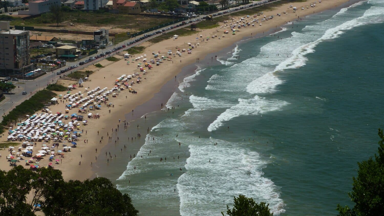 Vista aérea da Praia Brava, ilustrando o post de pousadas em Itajaí
