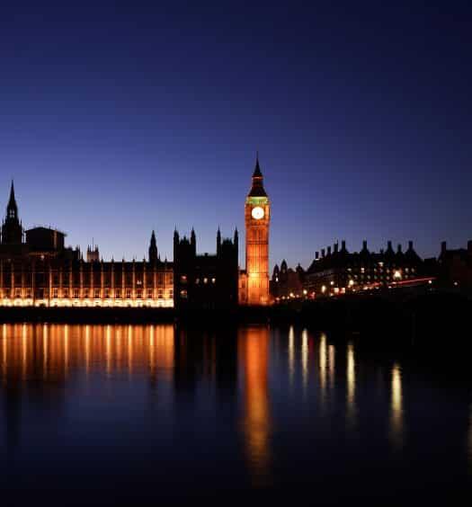 Big Ben iluminado à noite, ilustrando post de hotéis cinco estrelas em Londres
