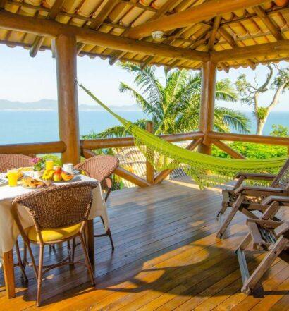Vista do mar no deck do Cabanas do Araça Villas, uma das pousadas em Porto Belo SC