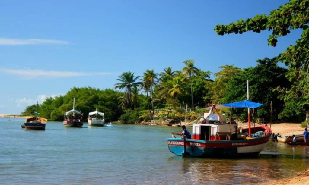 Barquinhos de pescadores em mar de Caraíva, na Bahia