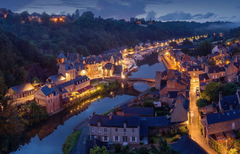 Vista de rio na cidade de Dinan, na França, ilustrando post de como fazer seguro viagem para a Europa