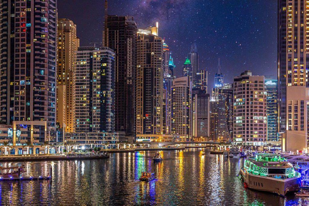 Área da Dubai Marina à noite, uma das opções de o que fazer em Dubai