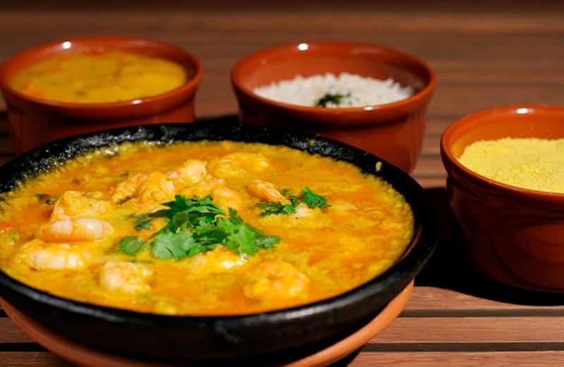 Moqueca ou ensopado de camarão, prato indicado para provar durante a lua de mel na Bahia