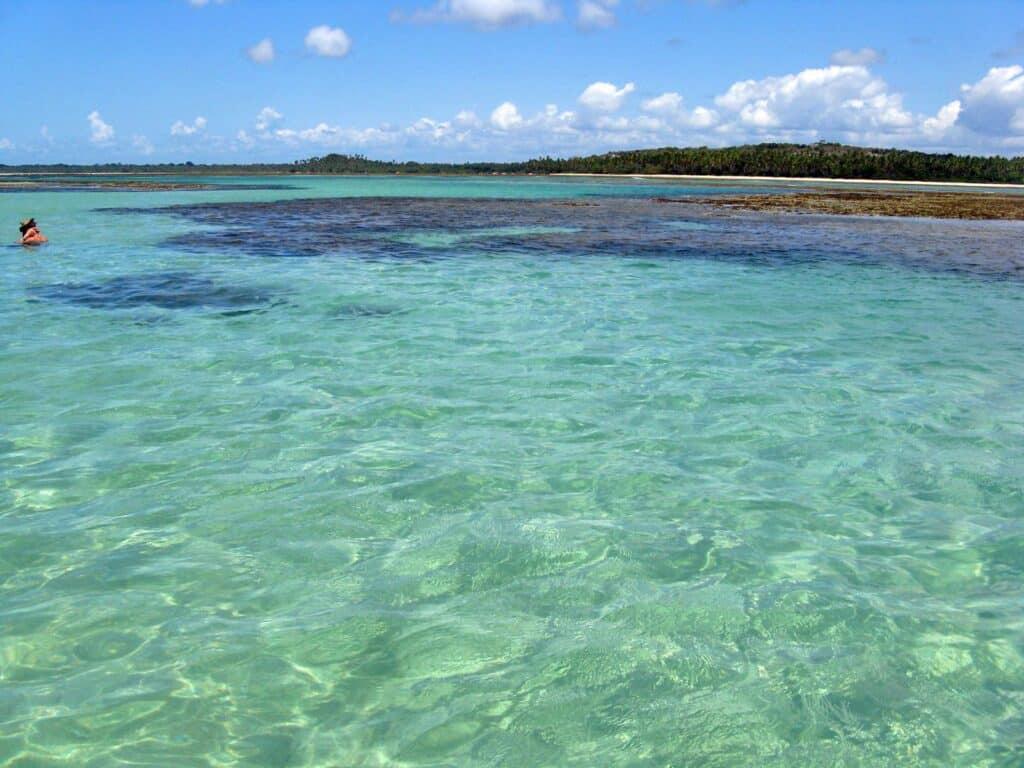 Água translúcida entre as piscinas naturais no mar de Boipeba, um dos destinos para lua de mel na Bahia
