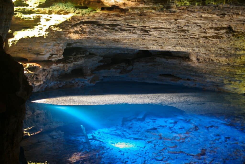 Água azul de tom impressionante no Poço Encantado, um dos passeios para lua de mel na Bahia