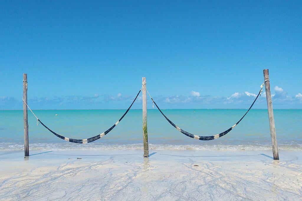 Redes em praia de Barra Grande, um dos destinos indicados para lua de mel na Bahia