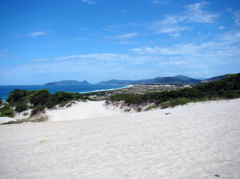 Vista das Dunas da Joaquina e da praia ao fundo, ilustrando post de pousadas na Praia da Joaquina