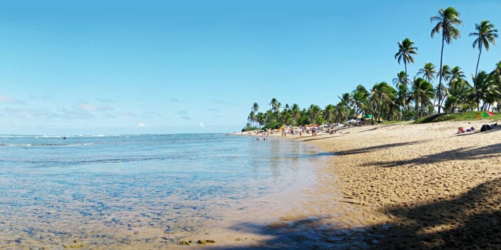 Praia com águas límpidas na Bahia