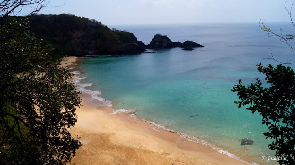 Praia do sancho em fernando de noronha
