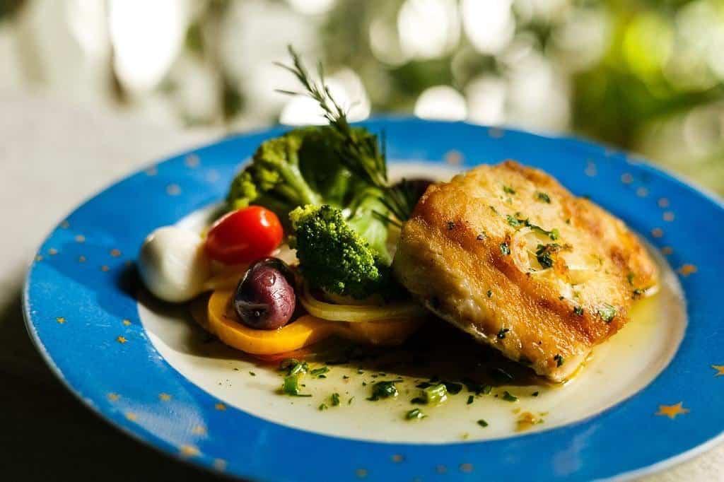 Prato com legumes e frutos do mar no restaurante O Cacau