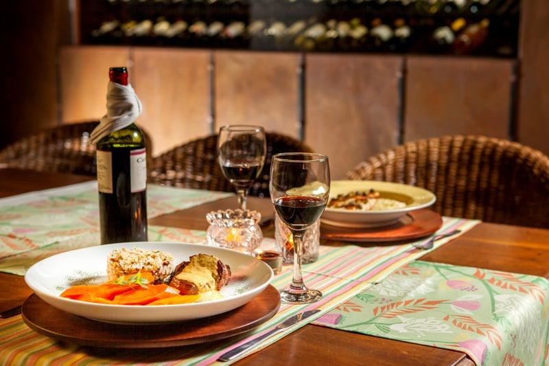 Mesa com pratos do Restaurante Roda D'água, uma das dicas para jantares em lua de mel na Bahia