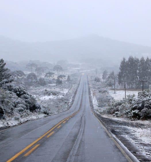 Estrada com neve em Santa Catarina, ilustrando post de pousadas em São Joaquim