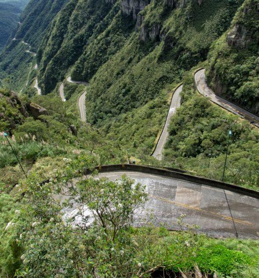 As curvas da estrada da Serra do Rio do Rastro, um dos destinos para reservar pousadas na Serra Catarinense