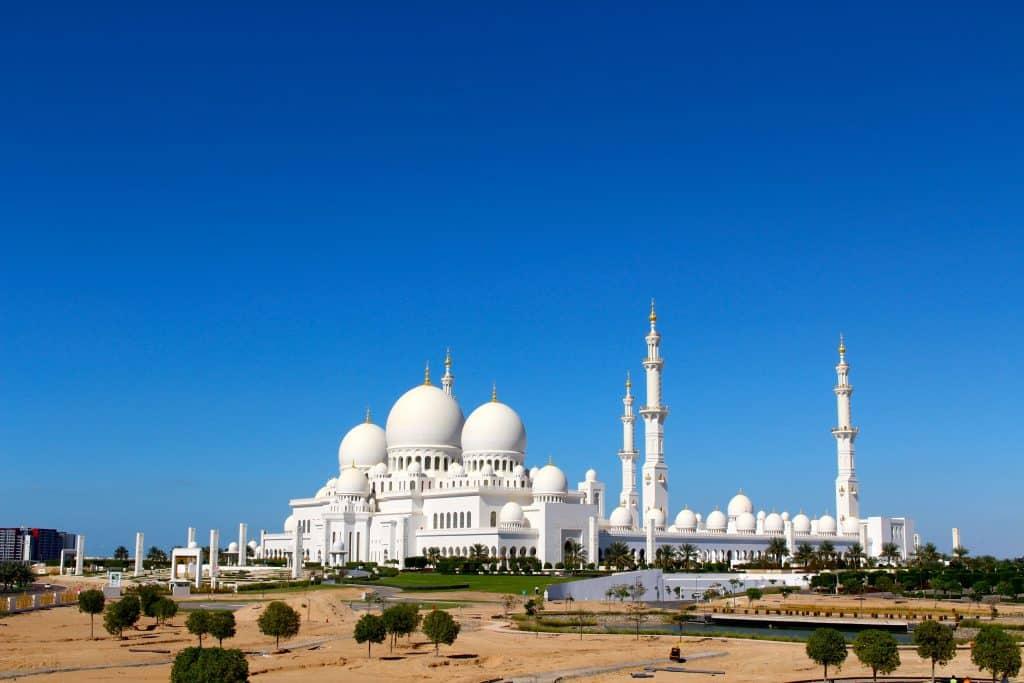A imponente mesquita Sheikh Zayed, em Abu Dhabi